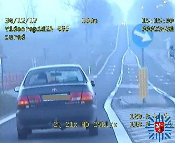 W sobotę, około godziny 15.00, na jednej z ulic Zambrowa, policja zauważyła pojazd z wybitą przednią szybą.