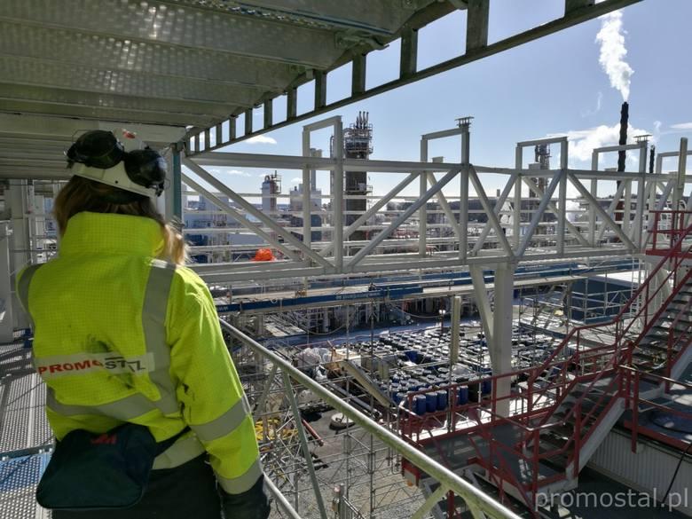 Prefabrykacja i montaż konstrukcji stalowej platform, wsporników rurociągów, montaż krat pomostowych FRP i stalowych (ok. 231 t)<br /> w miejscowości Stenungsund w Szwecji
