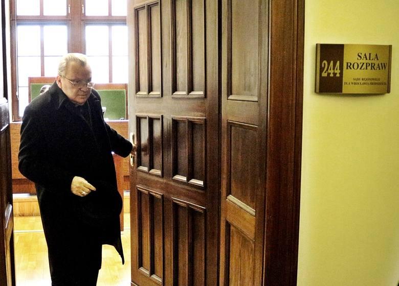 Arcybiskup Marian Gołębiewski zeznawał za zamkniętymi drzwiami
