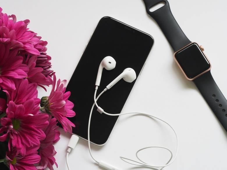 Smartwatch i opaska fitness to teraz bardzo modne gadżety - sprawdzą się jako prezent na Dzień Ojca.