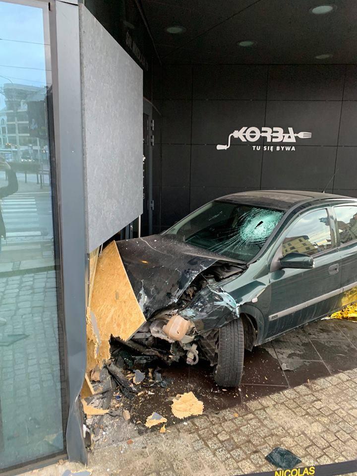 Samochód wjechał w restaurację w centrum. Kierowca był pijany [ZDJĘCIA]