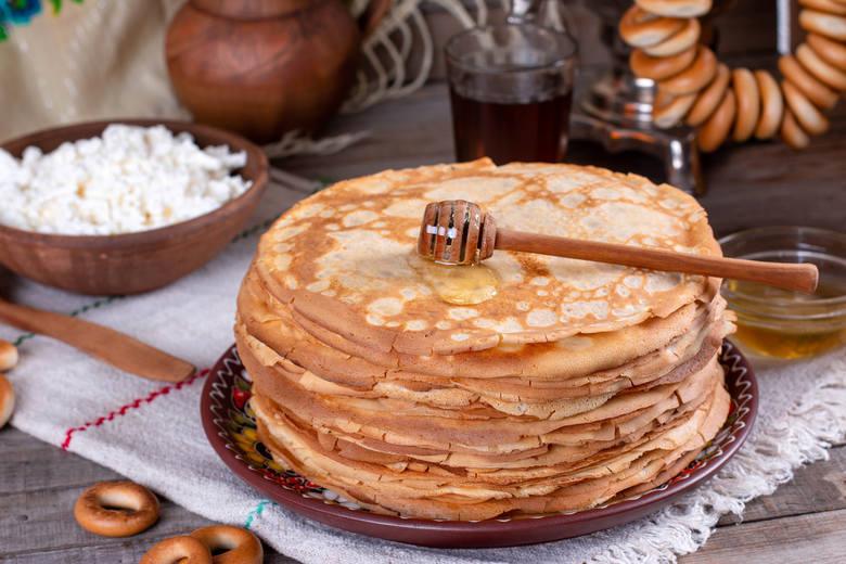 ROSJA - MaslenicaW Rosji tłuste świętowanie trwa nie jeden dzień, lecz cały tydzień. Maslenica to prawosławna tradycja obejmująca okres wypadający dokładnie