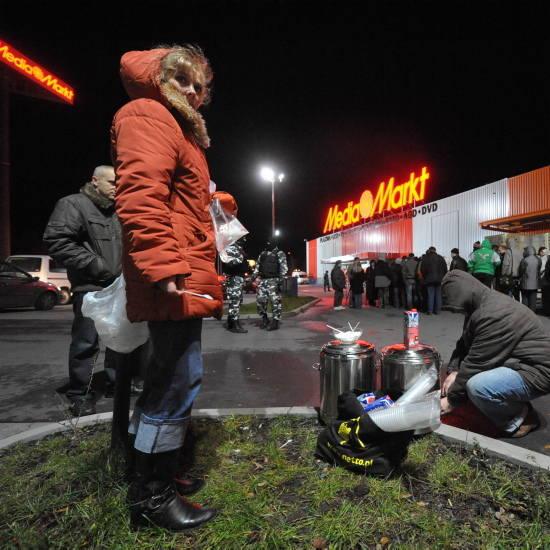 Niektórzy czekali już od 23.00, aby móc jako pierwsi dostać się do środka.