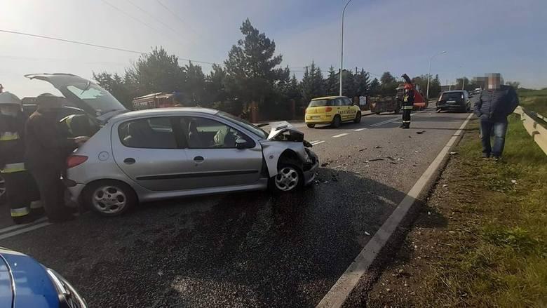 Uwaga kierowcy! Wypadek na drodze wojewódzkiej w Waśniowie. Ruch w kierunku Kielc odbywa się wahadłowo [ZDJECIA]