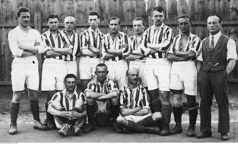 Fotografia piłkarzy Cracovii, zdobywców pierwszego miejsca w mistrzostwach Polski, z dnia 21 sierpnia 1921 roku. Stoją od lewej: Stefan Popiel, Stanisław