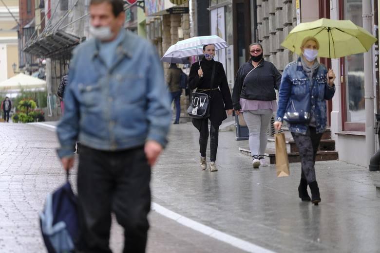 Zmienią się zasady zakrywania ust i nosa w całej Polsce. Trzeba będzie używać maseczek: zwykłych lub chirurgicznych. Zakazane będzie zasłanianie twarzy