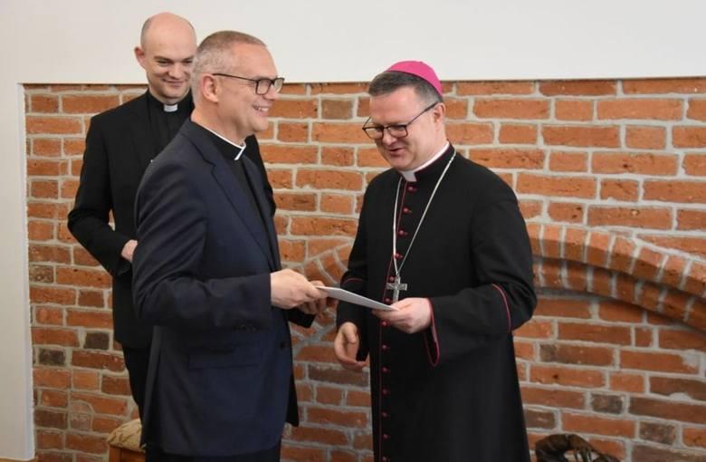 Ks. prałat Krzysztof Lewandowski (na zdjęciu w środku) został nowym proboszczem parafii pw. Niepokalanego Poczęcia Najświętszej Maryi Panny na Stawkach