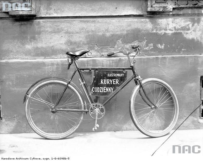 """Reklama """"Ilustrowanego Kuriera Codziennego"""" na rowerze. <font color=""""blue""""><a href="""" http://www.audiovis.nac.gov.pl/obraz/96688/f3448b9489274bea68bc19cb7bbef280/""""><b>Zobacz zdjęcie w zbiorach NAC</b></a> </font>"""