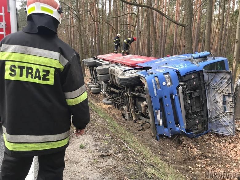 Jak informuje dyżurny KWP Opole, kierujący tirem wiozącym drobne kamyki na trasie między Jełową a Bierdzanami nie zmieścił się w zakręcie i wpadł do