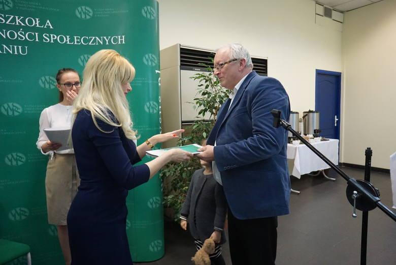 """Główną  nagrodę konkursu """"Znaki dobra"""" otrzymał Franciszek Szklennik za tekst opublikowany  w """"Głosie Wągrowieckim"""". Wręczyła ją prorktor WSUS-u dr Agnieszka"""