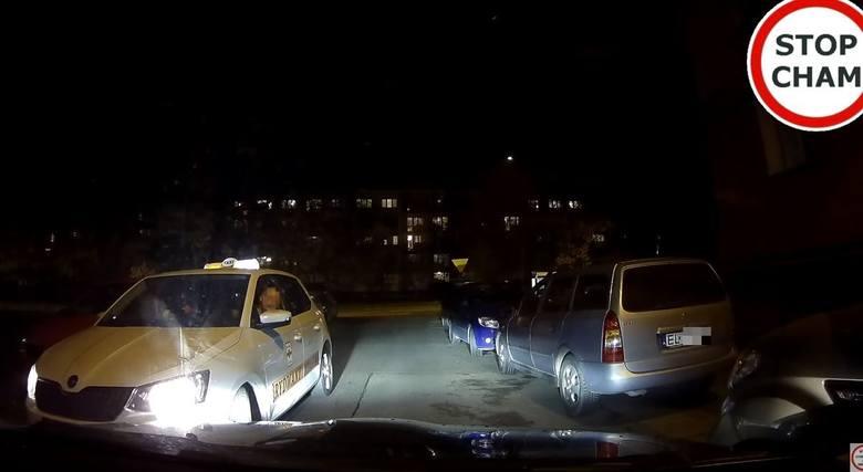 Na popularnym kanale pojawił się ostatnio film, na którym jeden z kierowców uwiecznił manewr mijania na wąskiej uliczce w Łodzi. Bohaterem tego wideo