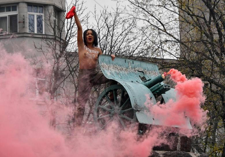 Rewolucja październikowa: Femen wzywa do obalenia Petra Poroszenki. Nagi protest w Kijowie [ZDJĘCIA]