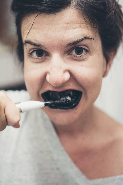 Pasta do zębów działa wybielająco, przeciwpróchniczo i odświeżająco. Nie trzeba jednak kupować specjalnego preparatu, bo prostą mieszankę do mycia zębów
