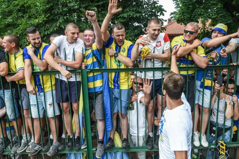 Elana Toruń pokonała Unię Solec Kujawski 5:1 i zapewniła sobie mistrzostwo III ligi. Setki wiernych kibiców nie zostało wpuszczonych na stadion, ale