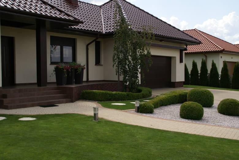 Ogród w stylu nowoczesnym zobaczyć można przed wieloma współczesnymi budowlami. Taki ogród cieszy oko i jest prosty w utrzymaniu.