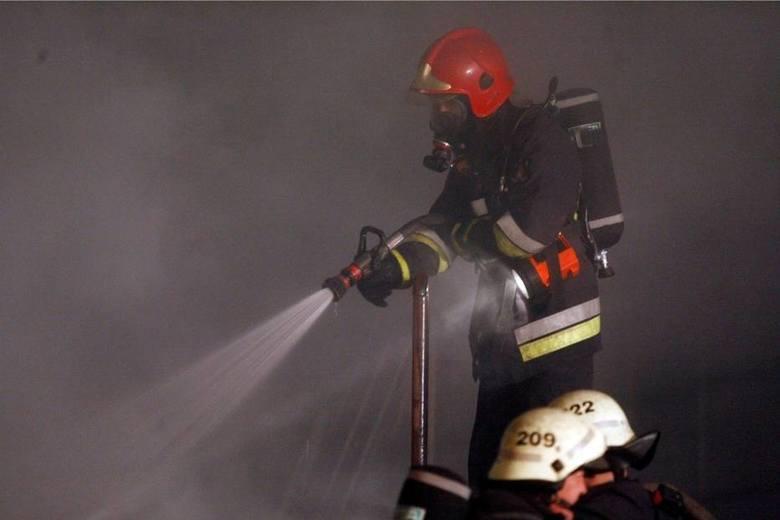 W sobotę 20 lipca ok. godz. 23.20 straż pożarna otrzymała zgłoszenie o pożarze w kamienicy przy ul. Rybaki w Toruniu. Paliło się łóżko w piwnicy.Zobacz