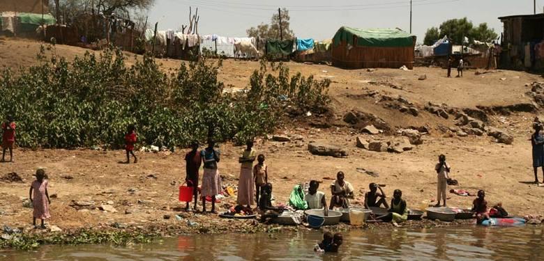 Przy każdej miejscowości jest tak samo. Nabrzeże Nilu to jednocześnie pralnia, łazienka i miejsce do zabawy dla najmłodszych.