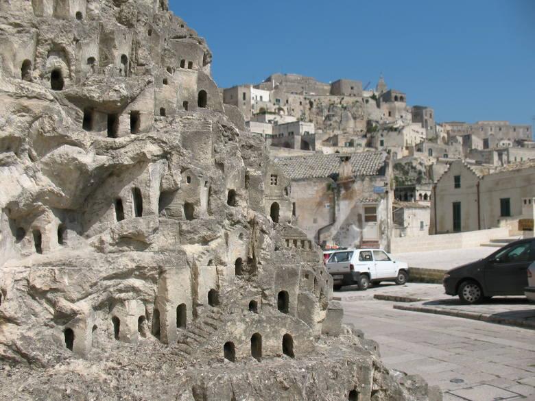 Dzielnica Matery (włoska Basilicata) Sissi została praktycznie wykuta w tufowej skale płaskowyżu Murge. Domy przypominają niezwykłą rzeźbę, a tak naprawdę