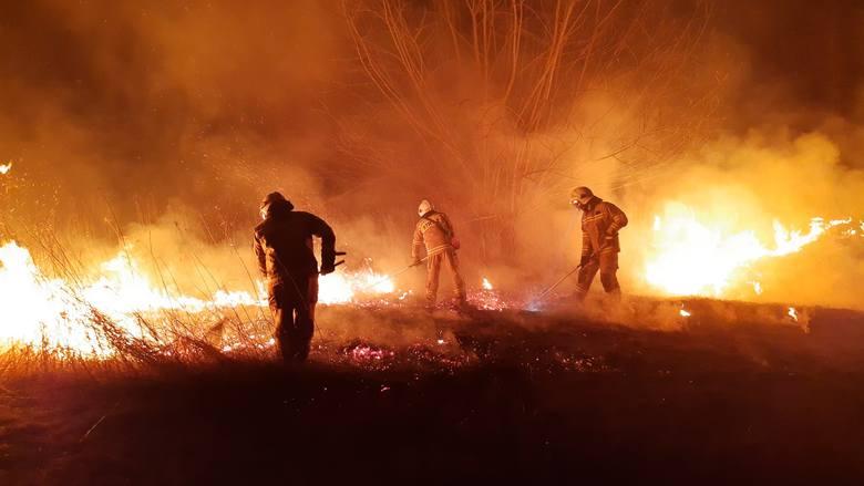 W czwartek chwilę przed północą strażacy z OSP Stubno i OSP Niziny wyjechali do pożaru suchej trawy na nieużytkach w Chałupkach Dusowskich. Zobaczcie