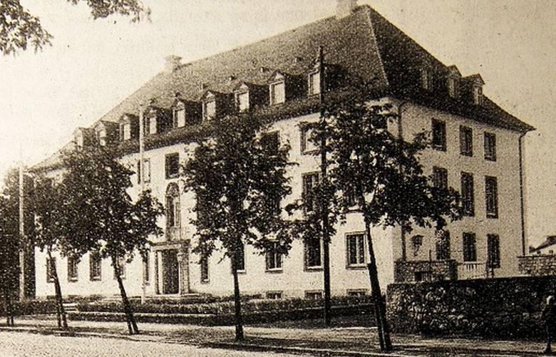Tak prezentował się budynek strzeleckiego sądu około 1941 roku, czyli niedługo po tym, jak został oddany do użytku.