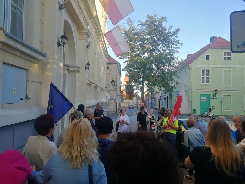 - Wolność. Równość. Demokracja. - Takie hasła przyświecały wczoraj w  Chełmnie protestującym pod Sądem rejonowym mieszkańcom. - Widoczni byli  nie tylko