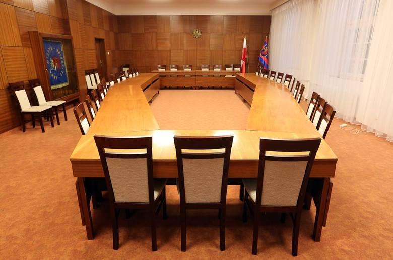 Sala obrad komisji. Tu odbywają się posiedzenia stałych komisji, np.:  ds. kultury, edukacji czy zdrowia i pomocy społecznej. Niemal każdego dnia, jakaś komisja ma swoje spotkanie.