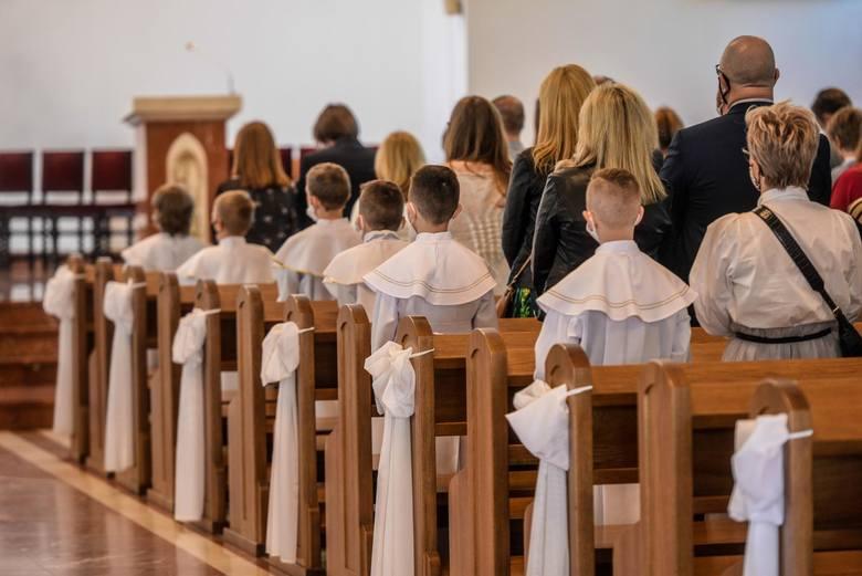 Ile dać dziecku na komunię? Takie pytanie już teraz zadają sobie zaproszeni goście. Czy kwota zależy też od pokrewieństwa? Ile powinni dać chrzestni,