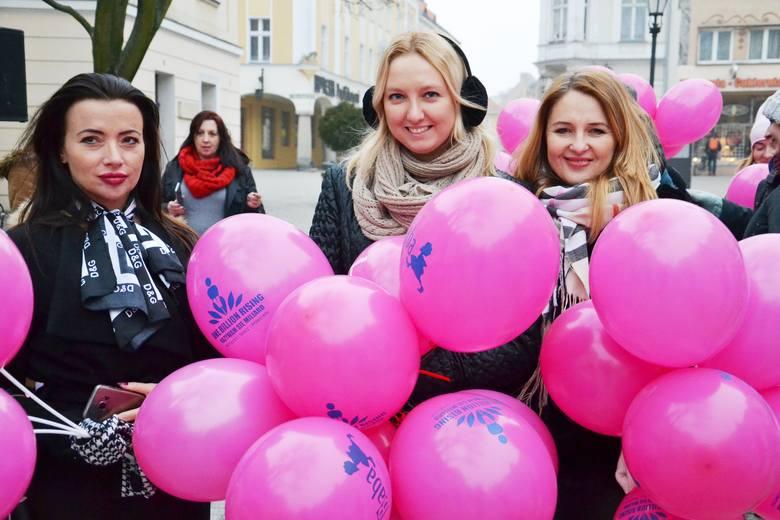 """""""One Billion Rising. Nazywam się Miliard"""",   to nietypowa akcja, która ma na celu zwrócenie uwagi na przemoc seksualną wobec dziewcząt i kobiet. Dlaczego"""