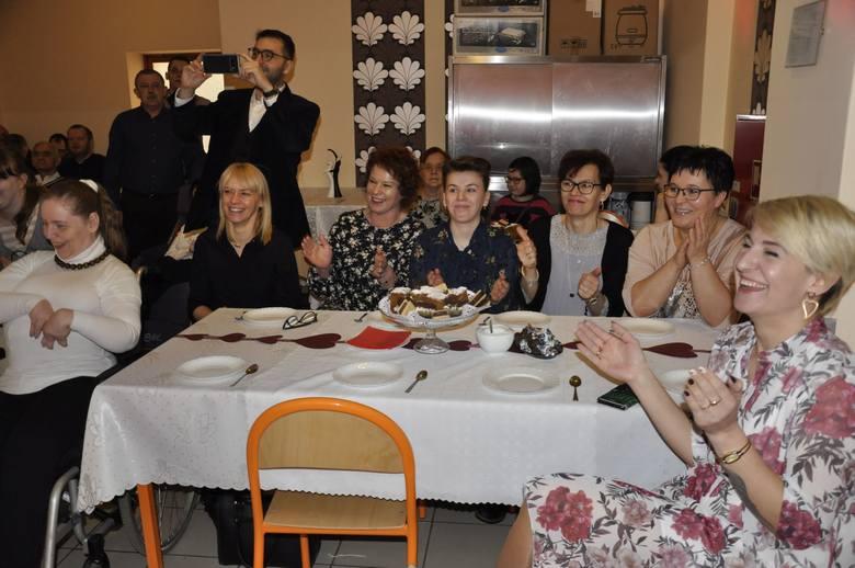 Męska część załogi Środowiskowego Domu Samopomocy w Aleksandrowie Kujawskim przygotowała na Dzień Kobiet wiele niespodzianek. Były popisy aktorskie,
