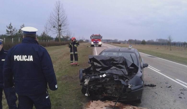 W kwietniu 2016 w okolicach Bartosz 20-letni kierowca fiata nie zachował należytej odległości od jadącego tym samym pasem ruchu ciągnika i uderzył w