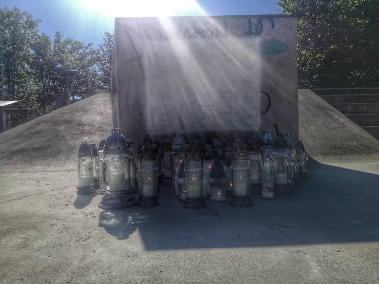 W miejscu, gdzie zginął Dominik, zapalono znicze.