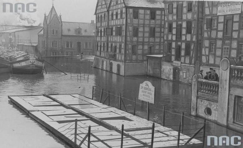 Widok z ulicy Mostowej w Bydgoszczy na wezbrane wody Brdy. Za Spichlerzem budynek Lloyda. Marzec 1937.Ponad 180 tysięcy fotografii z Narodowego Archiwum
