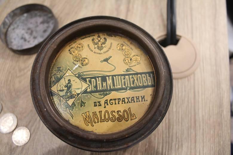 Nie wiemy, dlaczego Max Mallon zrobił kapsułę z puszki po rosyjskim kawiorze. Być może po prostu miał ją pod ręką. Inna sprawa, że astrachański kawior kosztuje dziś fortunę. 107 lat temu również musiał być bardzo drogi.