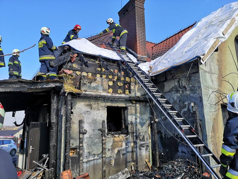 Po pożarze strażacy ochotnicy z Łuczyc zabezpieczyli uszkodzony dach budynku folią. Dom wymaga gruntownego remontu