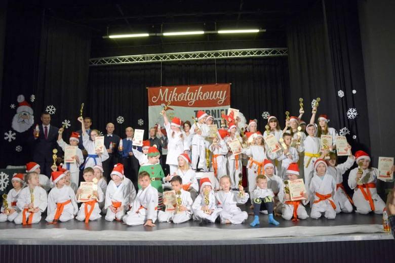 Pamiątkowe zdjęcie VI Mikołajkowego Turnieju Karate w Sandomierskim Centrum Kultury.