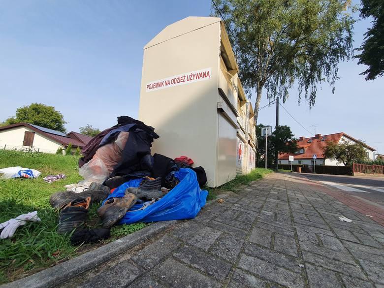 Bałagan na ulicy Leśnej - problem z kontenerami PCK się powtarza