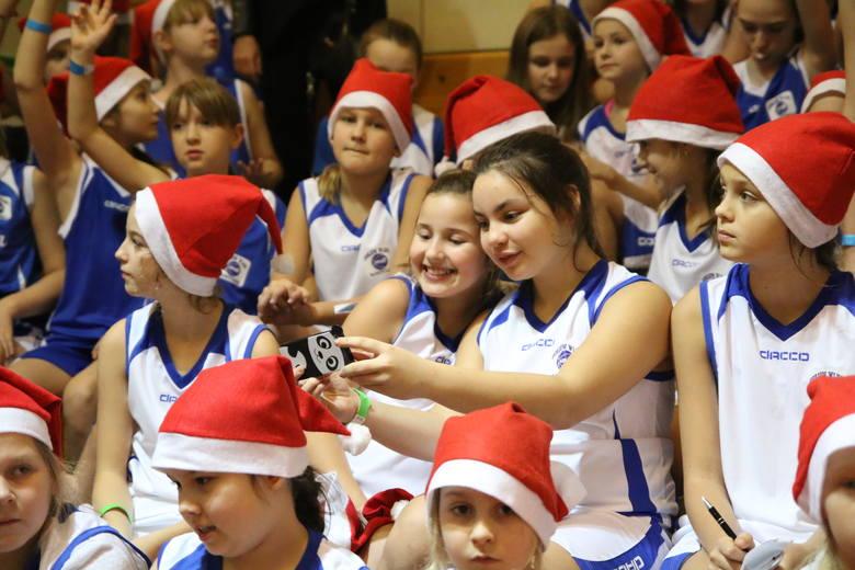 Na meczu nie zabrakło też młodych koszykarek.