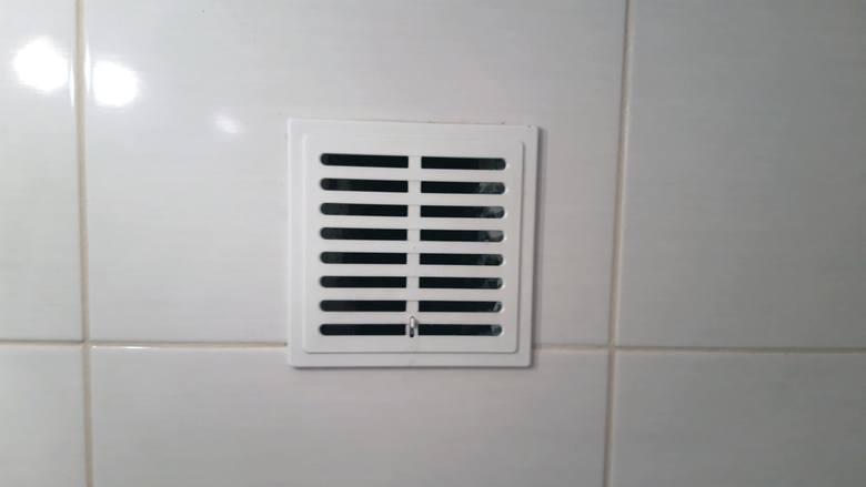 Czysta kratka wentylacyjna to gwarancja odpowiedniej cyrkulacji powietrza w mieszkaniu.