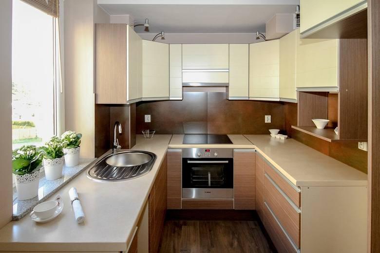 Kuchnia jest pomieszczeniem, w którym przebywamy najczęściej, dlatego ważne jest, aby została przemyślanie zaprojektowana. Nie zawsze dysponujemy dużym