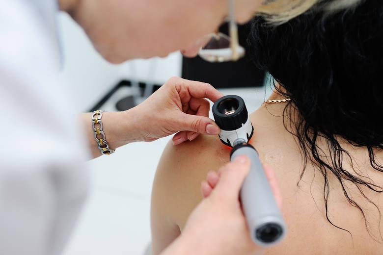 Przy częstej ekspozycji na promieniowanie UV, a także w przypadku czynników ryzyka rozwoju raka skóry, takich jak jasna karnacja czy skłonność do reakcji