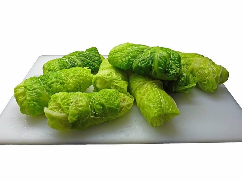 Jarskie gołąbki z nadzieniem warzywnym, polecane na diecie dr Dąbrowskiej, można przygotować z kapusty białej albo włoskiej.