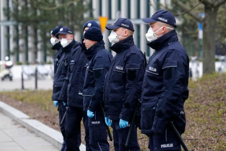 """Nieprzestrzeganie epidemicznych zakazów to – zdaniem policji – """"łamanie przepisów porządkowych wydanych z upoważnienia ustawy"""". Grozi za to do 500 zł"""
