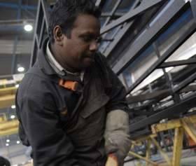 Spawacz Prsawni z Indii prostuje karoserię