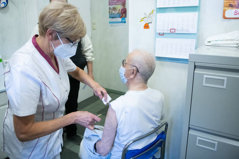 Przychodnia Medica Pro Familia przy ul. Ziębickiej w Poznaniu w środę rozpoczęła szczepienia seniorów.