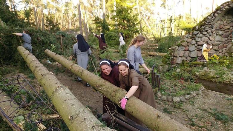 Na terenach dotkniętych nawałnicami od soboty wciąż trwa wielkie sprzątanie. Do pomocy włączyły się także siostry zakonne ze Zgromadzenia Sióstr Franciszkanek