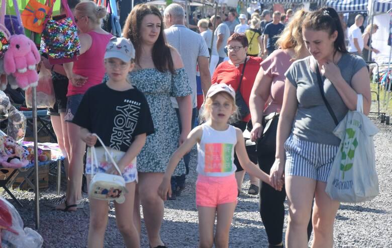 Bardzo duży ruch w niedzielę (20 czerwca) na targu w Wierzbicy. Byli sprzedający jak i kupujący. Dopisała pogoda, było ładnie, bardzo słonecznie. Można