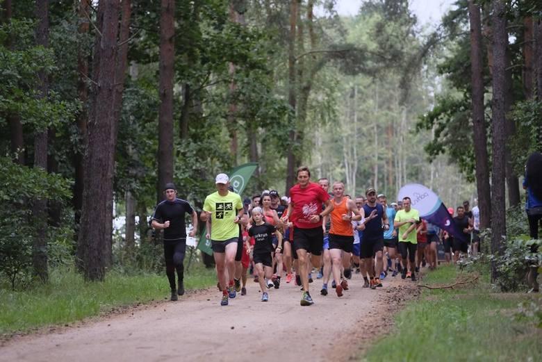 """W sobotni poranek (10 sierpnia) w lasku na toruńskiej Skarpie po raz kolejny zorganizowano imprezę """"parkrun Toruń"""". Uczestnicy mieli do pokonania 5 kilometrów"""
