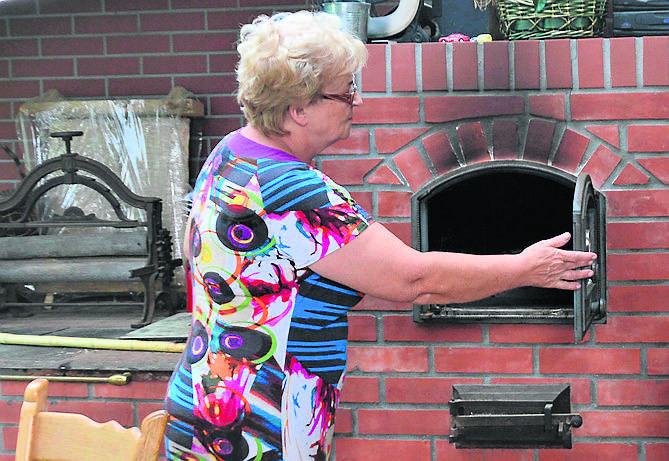 W tym piecu Grażyna Dereń z Lubiechni Wielkiej piecze tradycyjny chleb na zakwasie