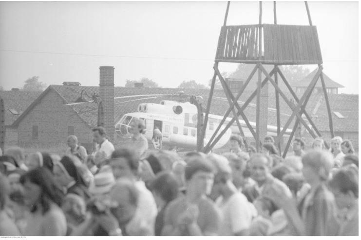 Pobyt papieża Jana Pawła II w Oświęcimiu-Brzezince podczas I pielgrzymki do Polski. Tłum wiernych oraz helikopter podczas mszy św. celebrowanej przez papieża Jana Pawła II na terenie byłego obozu Auschwitz II - Birkenau. Data wydarzenia: 1979-06-07