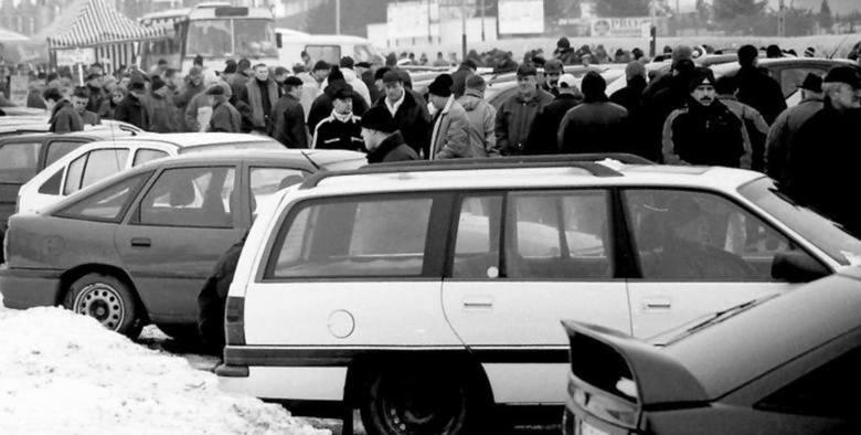 Koloryt i specyficzny charakter łódzkiej giełdy samochodowej lat 80-tych ubiegłego wieku pamiętają dziś najlepiej nasi rodzice i dziadkowie. W tym czasie